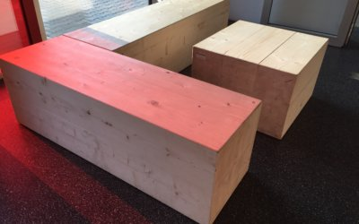 Moderne Massivholz-Sitzbänke für Pausenraum